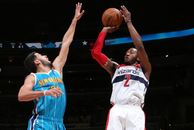 John Wall lanza ante la defensa de Greivis Vásquez./ Getty Images