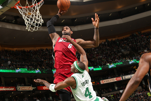 LeBron James y Jason Terry./ Getty Images