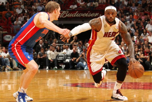LeBron James ataca ante la defensa de Kyle Singler./ Getty Images
