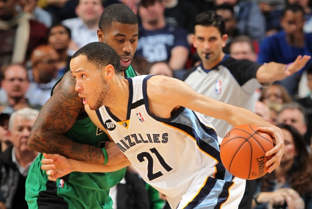 Tayshaun Prince bota ante la defensa de Terrence Williams./ Getty Images