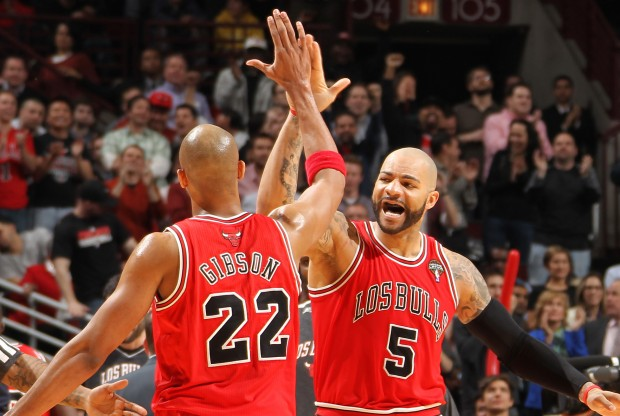 Taj Gibson y Carlos Boozer./ Getty Images