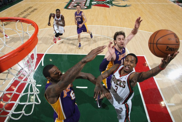 Brandon Jennings anota ante la defensa de Los Angeles Lakers./ Getty Images