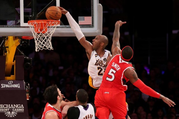 Kobe Bryant se cuelga por encima de Josh Smith./ Getty Images