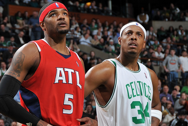 Josh Smith y Paul Pierce./ Getty Images