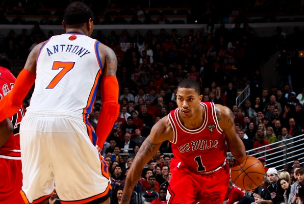 Carmelo Anthony defiende a Derrick Rose./ Getty Images