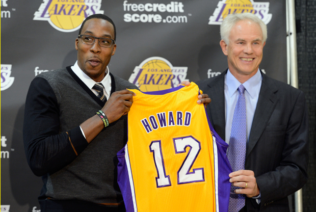 Dwight Howard y Mitch Kupchak./ Getty Images