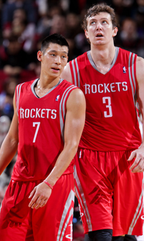 Jeremy Lin y Omer Asik./ Getty Images