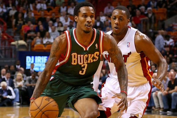 Brandon Jennings se libra de Mario Chalmers./ Getty Images