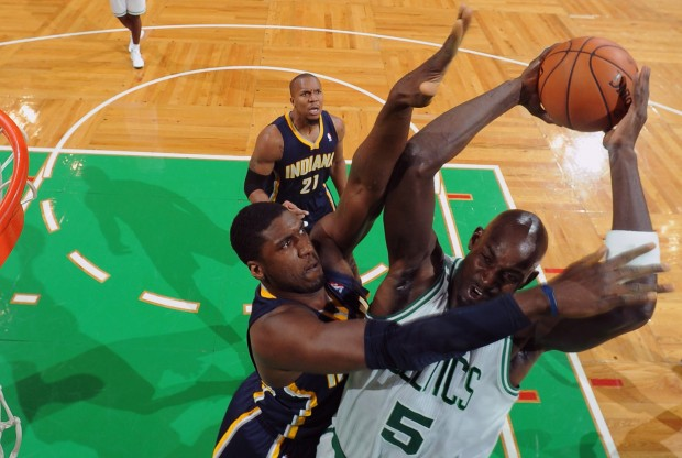 Kevin Garnett intenta machacar ante la defensa de Roy Hibbert./ Getty Images