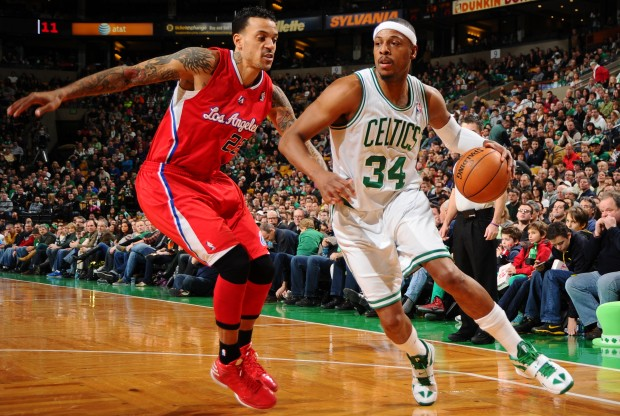 Paul Pierce es defendido por Matt Barness./ Getty Images