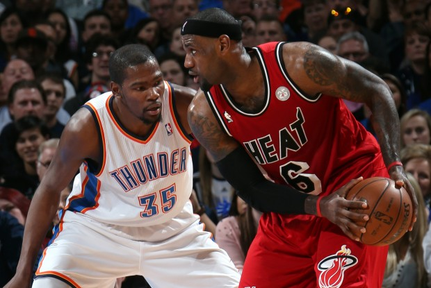Kevin Durant defiende a LeBron James./ Getty Images