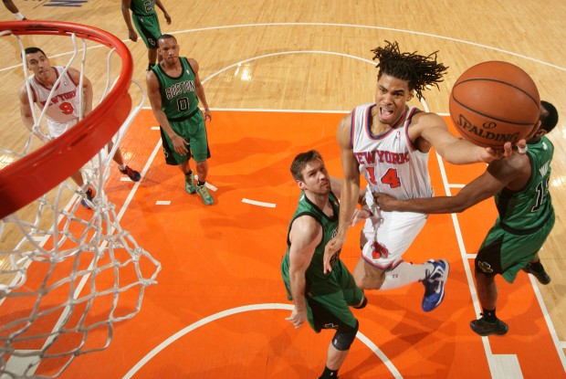 Chris Copeland lanza ante la defensa de Boston./ Getty Images