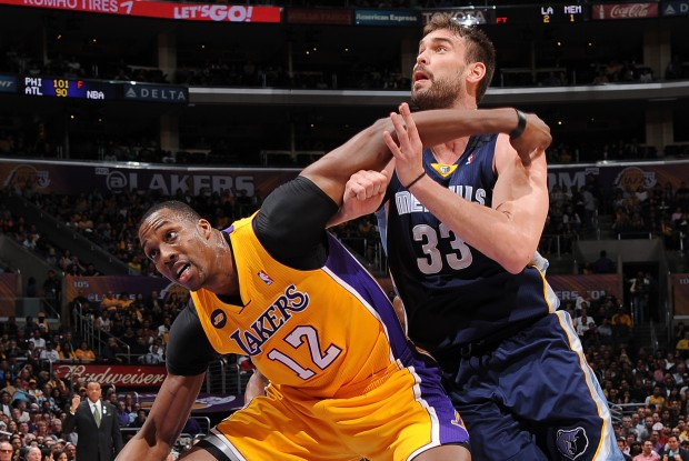 Dwight Howard pelea por el rebote con Marc Gasol./ Getty Images