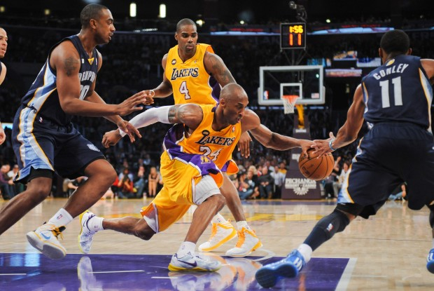 Kobe Bryant lucha ante los Memphis Grizzlies./ Getty Images