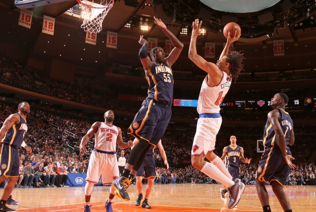 Chris Copeland lanza ante la oposición de Roy Hibbert./ Getty Images
