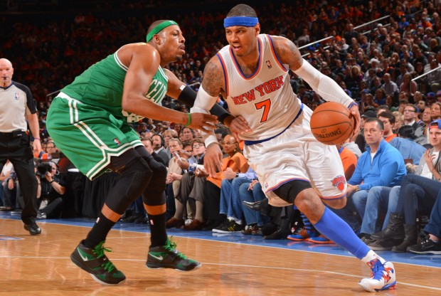 Paul Pierce defiende a Carmelo Anthony./ Getty Images