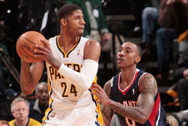 Paul George es defendido por Jeff Teague./ Getty Images