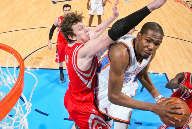 Kevin Durant intenta anotar ante la defensa de Omer Asik./ Getty Images