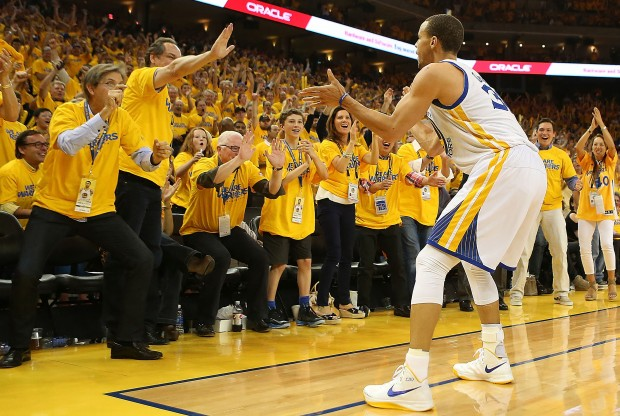 Stephen Curry celebra junto al público./ Getty Images
