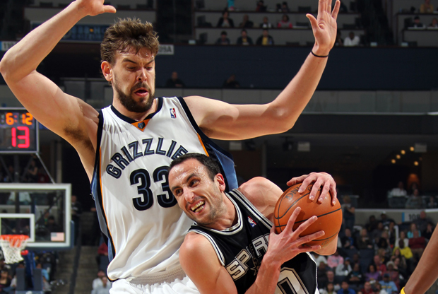Manu Ginóbili y Marc Gasol./ Getty Images
