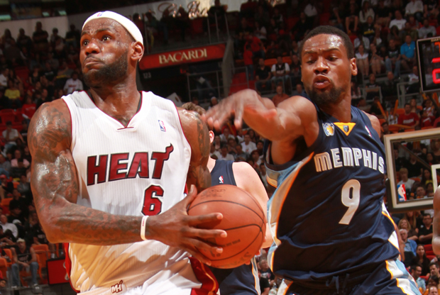 LeBron James y Tony Allen./ Getty Images