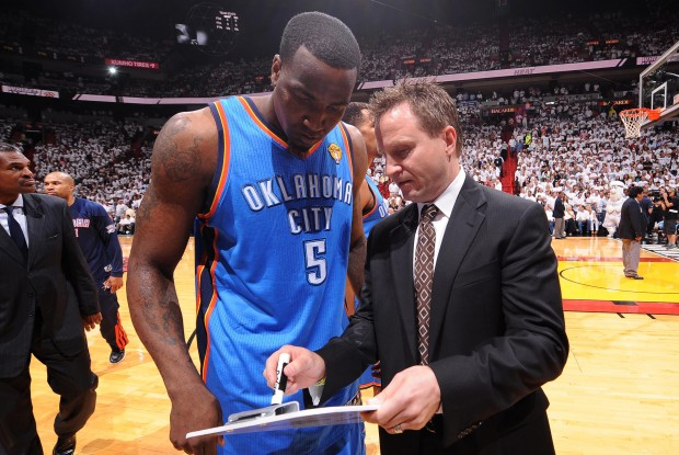 Kendrick Perkins y Scott Brooks./ Getty Images