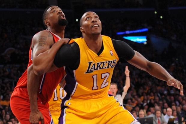 Dwight Howard cierra el rebote a DeAndre Jordan./ Getty Images
