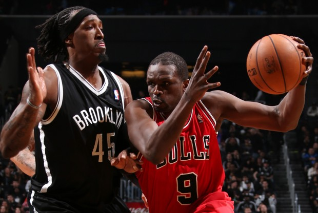 Luol Deng es defendido por Gerald Wallace./ Getty Images