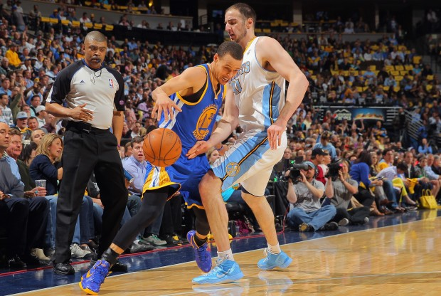 Stephen Curry es defendido por Kosta Koufos./ Getty Images
