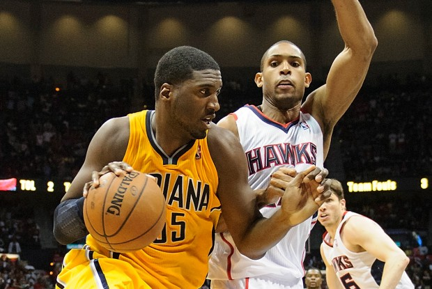 Roy Hibbert es defendido por Al Horford./ Getty Images