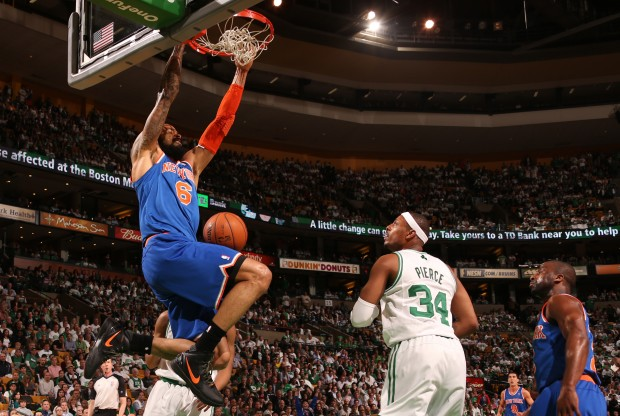 Tyson Chandler se cuelga del aro./ Getty Images