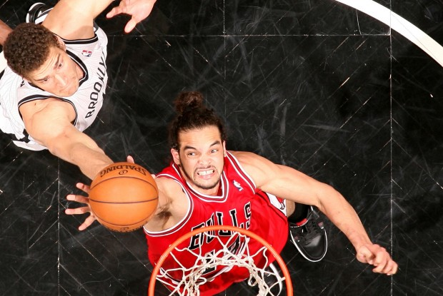 Joakim Noah lucha por el rebote con Brook Lopez./ Getty Images