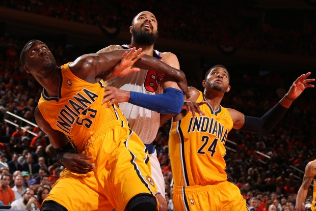 Roy Hibbert y Paul George cierran el rebote a Tyson Chandler./ Getty Images