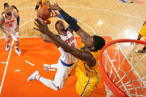 Roy Hibbert tapona a J.R. Smith./ Getty Images