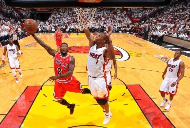 Nate Robinson penetra ante la defensa de Chris Bosh./ Getty Images