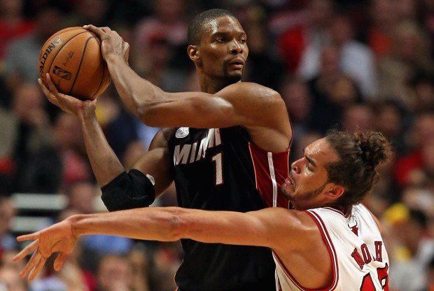 Chris Bosh recibe la defensa de Joakim Noah./ Getty Images