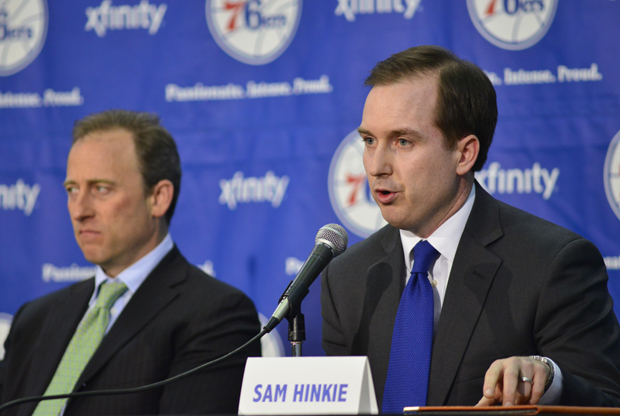 Propietario Josh Harris y general manager Sam Hinkie./ Getty Images