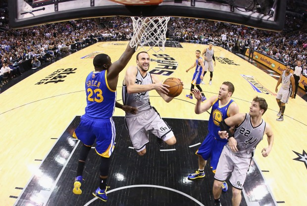 Manu Ginobili intenta anotar./ Getty Images