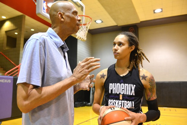 Kareem Abdul-Jabbar y Brittney Griner./ Getty Images