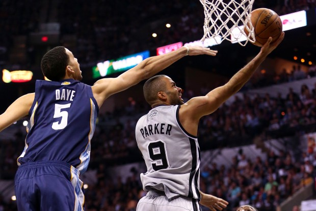Tony Parker lanza a aro pasado./ Getty Images