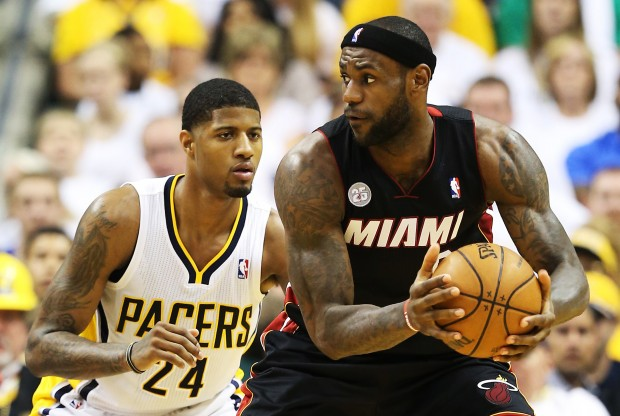 Paul George defiende a LeBron James./ Getty Images
