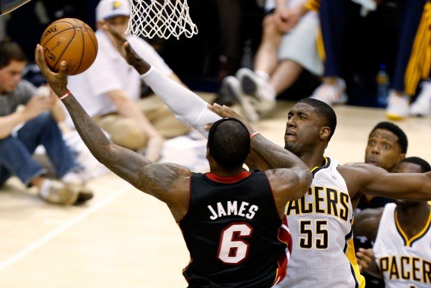 LeBron James lanza ante Roy Hibbert./ Getty Images