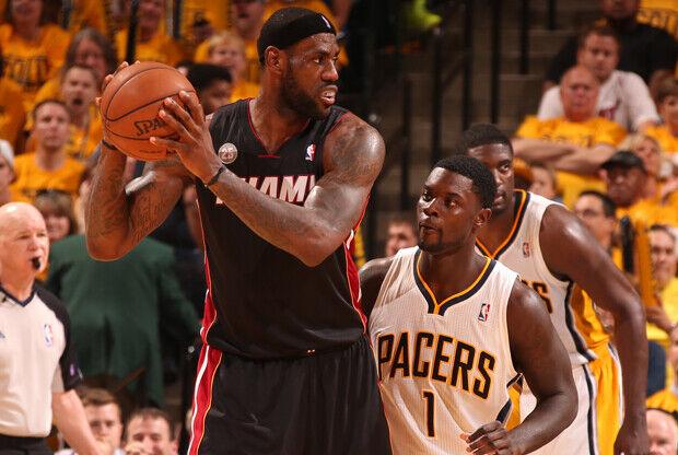 LeBron James y Lance Stephenson./ Getty Images