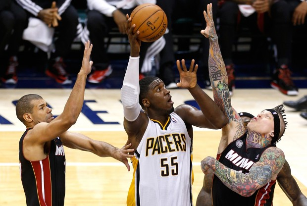 Roy Hiberrt lanza ante la defensa de Chris Andersen./ Getty Images