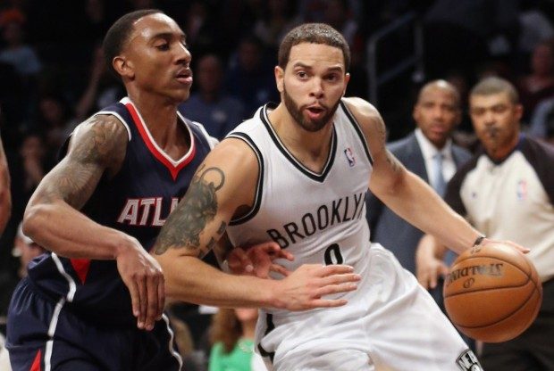 Jeff Teague defiende a Deron Williams./ Getty Images