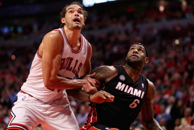 Joakim Noah y LeBron James luchan por un rebote./ Getty Images