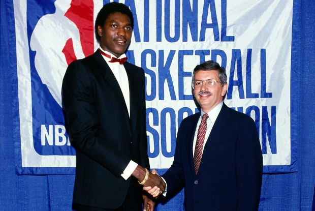 Hakeem Olajuwon y David Stern./ Getty Images