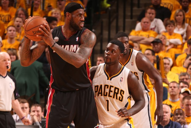 LeBron James es defendido por Lance Stephenson./ Getty Images