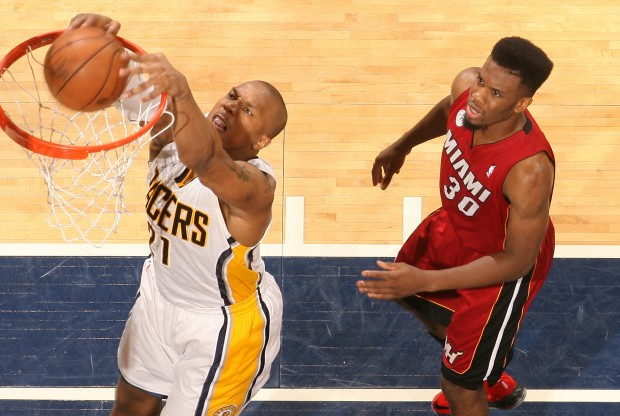 David West machaca ante la mirada de Norris Cole./ Getty Images