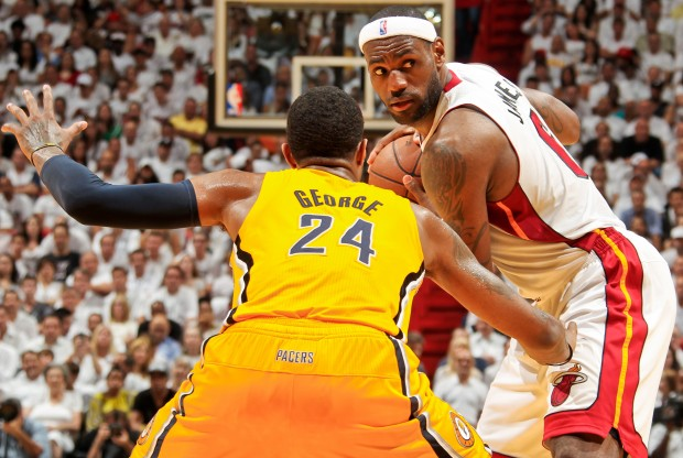 LeBron James y Paul George./ Getty Images